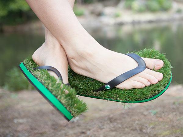 外でも中でも!心地良い芝生の履き心地はヤミツキです。